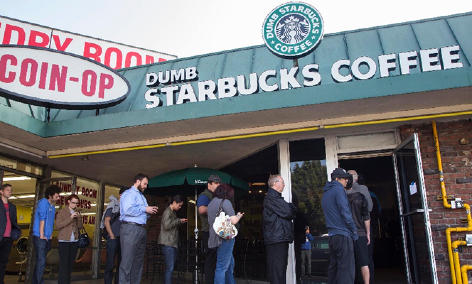 'Dumb Starbucks' abrió el fin de semana con el ya conocido logo de la sirena, en Los Ángeles