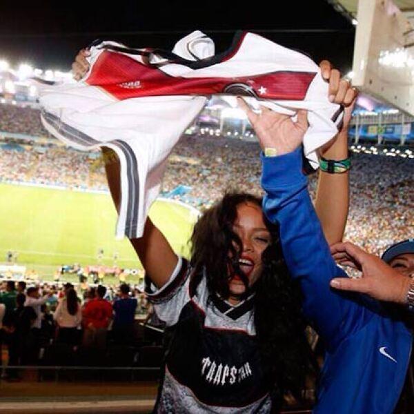 Mesut Özil obsequió su playera a la cantante, quien emocionada se la puso.