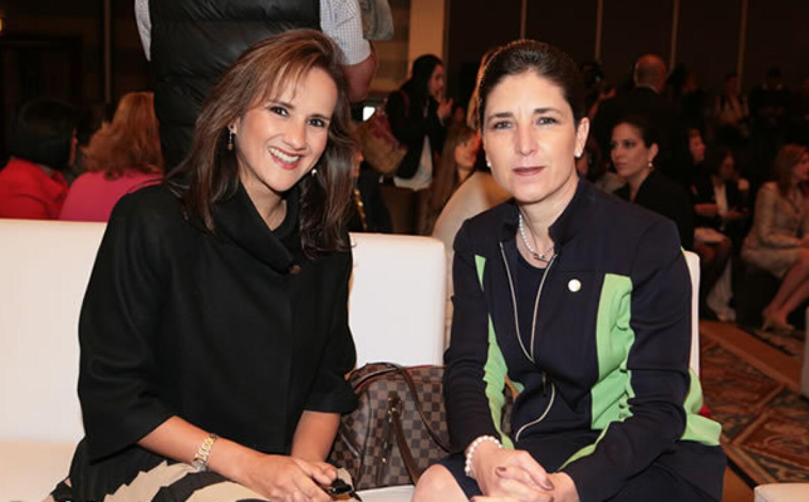 Carmina Abad, directora general y presidenta del consejo de administración de Metlife México, con Cecilia Vega. (der.)