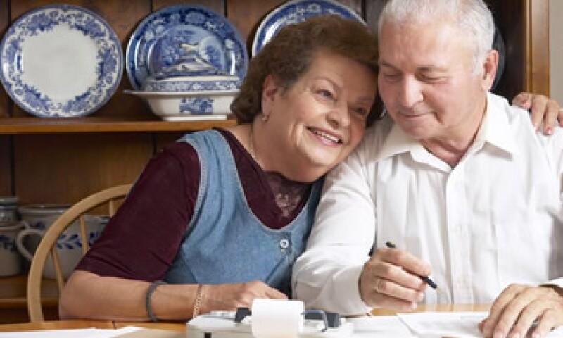 Los jubilados o pensionados del ISSSTE y del IMSS podrán elegir que los cargos de su préstamo se hagan a su Afore, a su pensión o a su seguro. (Foto: Thinkstock)