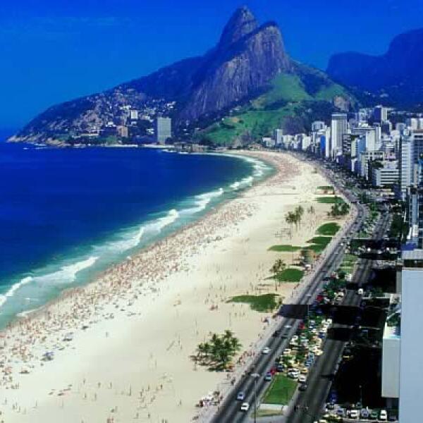 Río, la sexta ciudad más visitada en el hemisferio sur, goza de algunas de las más famosas playas del mundo, como Copacabana, Ipanema y Leblon.