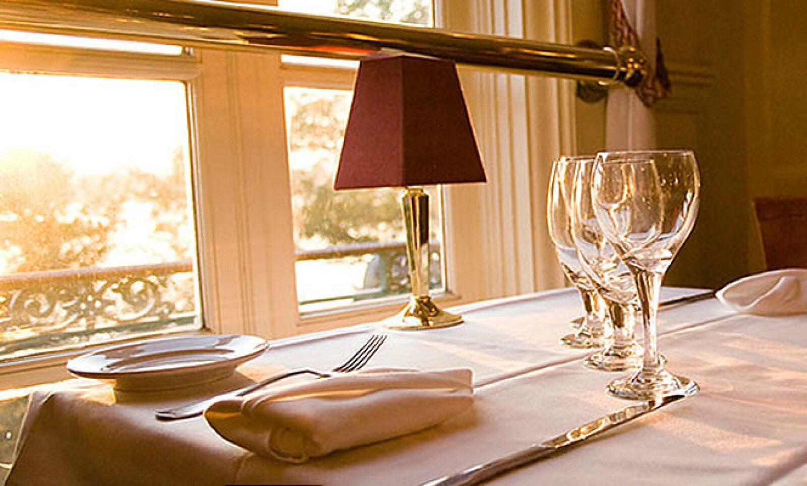 El restaurante está decorado con detalles de lujo y tienen su propia cava de vinos.