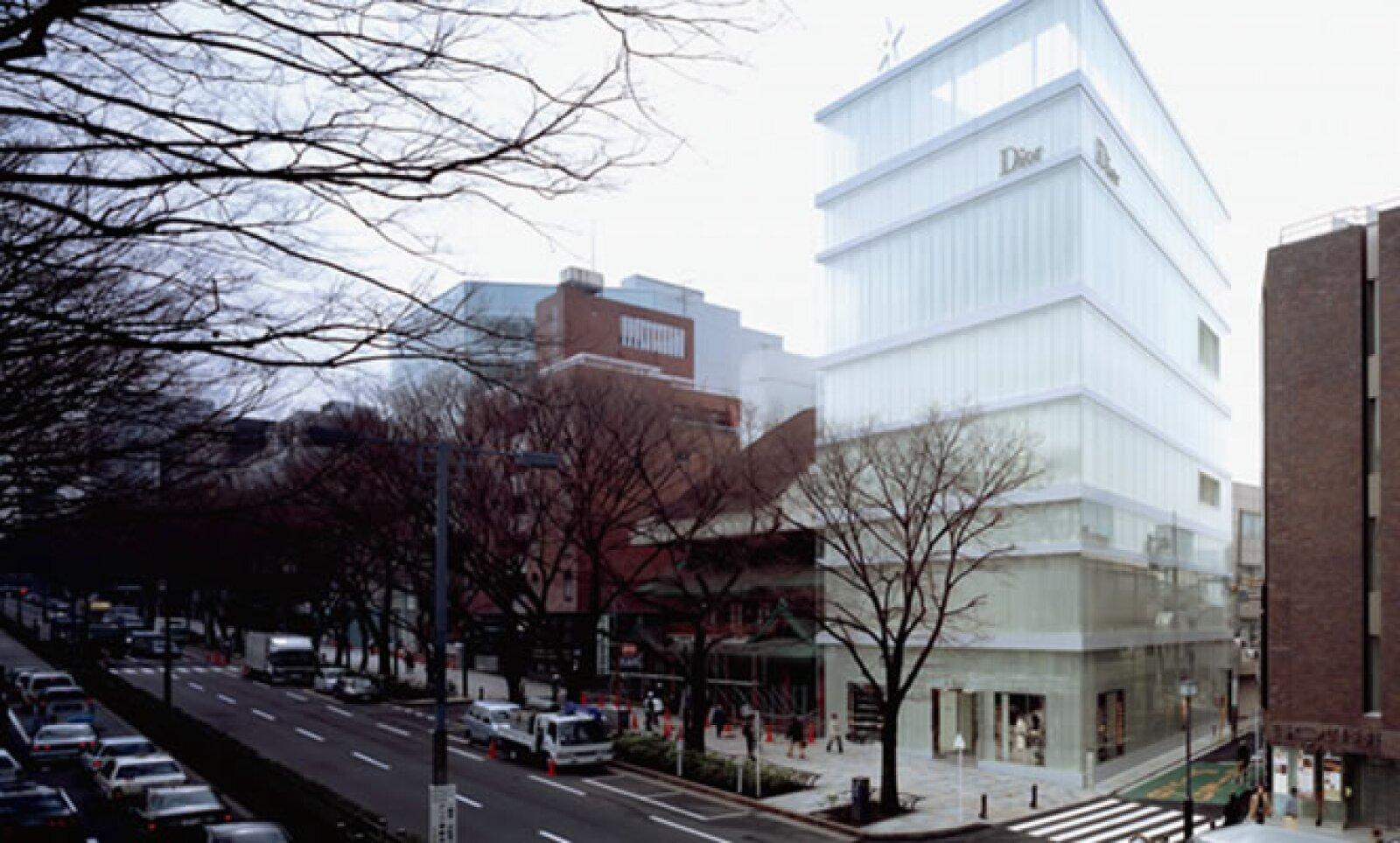 La boutique de Dior, en Tokio, mezcla una fachada de cristal y una segunda capa de pantallas de acrílico que aportan ligereza en el día y por la noche generan destellos de luz.
