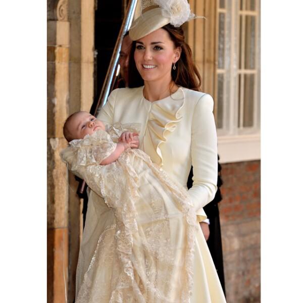 Kate Middleton eligió un vestido color crema del diseñador británico para la ceremonia de bautizo del príncipe George.