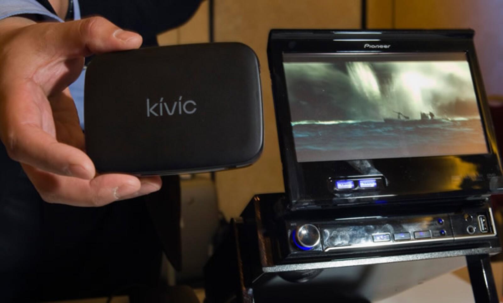 El Kivic funciona como un reproductor de video para el auto y transmite secuencias de vídeo desde un teléfono inteligente.