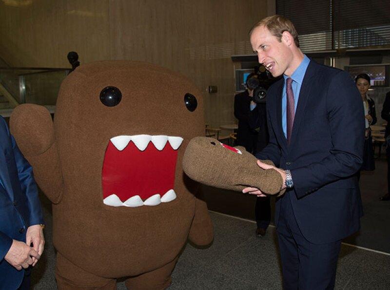 El príncipe William se llevó como recuerdo un peluche del famoso personaje.