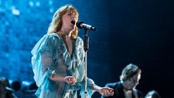 """""""Oh! Darling"""" - Florence And The Machine: La canción normal es muy buena y afortunadamente este cover está al nivel."""