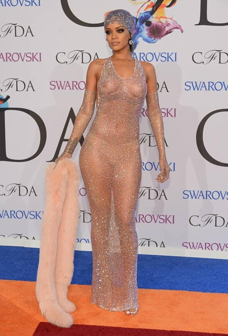 Rihanna también ha destacado por elegir atuendos con transparencias que permiten ver mucho más de lo común. Con este outfit sorprendió a todos en la entrega de premios CFDA.