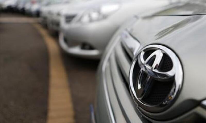 Toyota planea utilizar el dinero y la fuerza de trabajo que ha ahorrado para mejorar  el diseño de sus autos.  (Foto: Reuters)