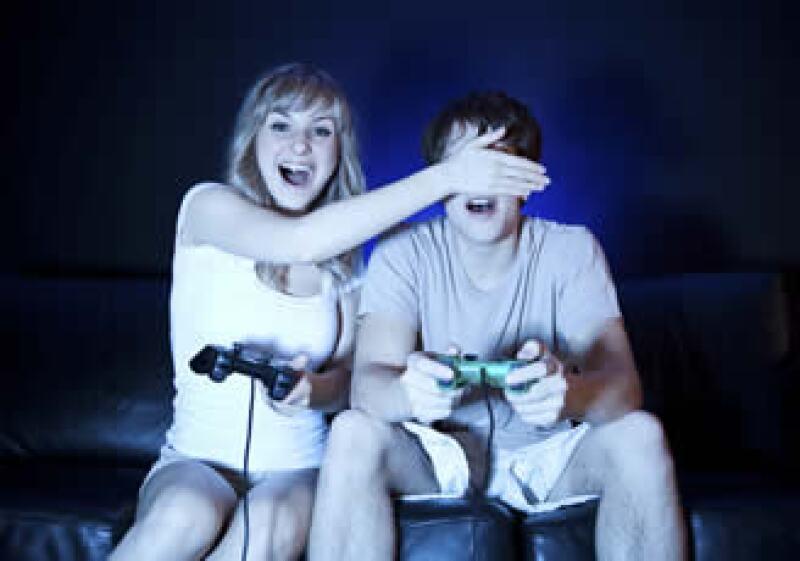 En un intento por revertir su suerte, ambas industrias están apostando a que la gente quiera disparar armas virtuales, conducir coches de carreras y bailar con los videojuegos en tres dimensiones. (Foto: Photos to go)