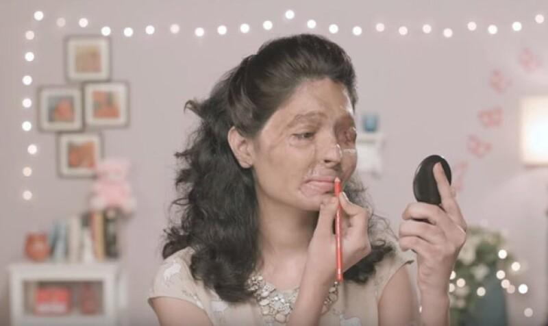 La organización hizo un makeup tutorial protagonizado por la modelo.