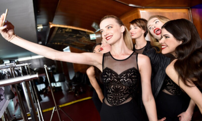 LinkedIn sugiere que evites las fotos en fiestas o en el gimnasio para tu perfil. (Foto: Getty Images)