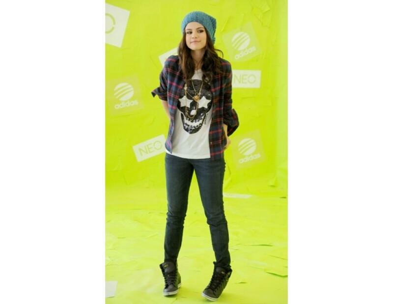 Selena Gomez juega con el look de camisa a cuadros y jeans.