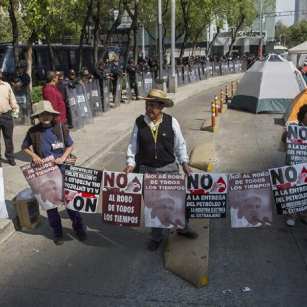 Mientras  se realiza la discusión de  la reforma energética, integrantes de la agrupación Movimiento de Regeneración Nacional (MORENA)  se manifiesta en contra la iniciativa en las inmediaciones del Senado.