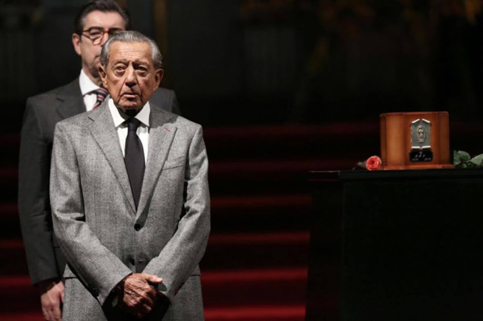 Miguel Alemán en guardia durante el homenaje a Juan Gabriel.