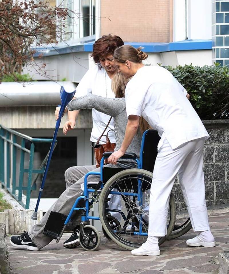 La esposa de Pierre Casiraghi fue captada saliendo de un hospital en Milán en silla de ruedas.