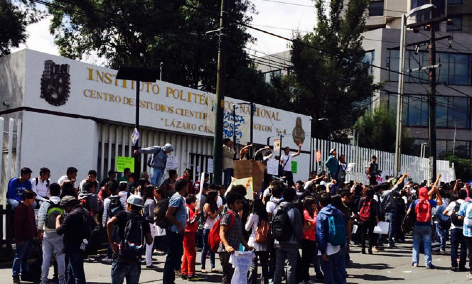 Cientos de estudiantes del Instituto Politécnico Nacional (IPN) realizaron bloqueos a la circulación en avenidas como Constituyentes y Taxqueña en protesta contra las modificaciones en el plan de estudios y el reglamento interno.