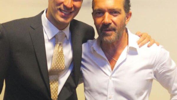 Recientemente el empresario mexicano presumió su foto de fan con Antonio Banderas.