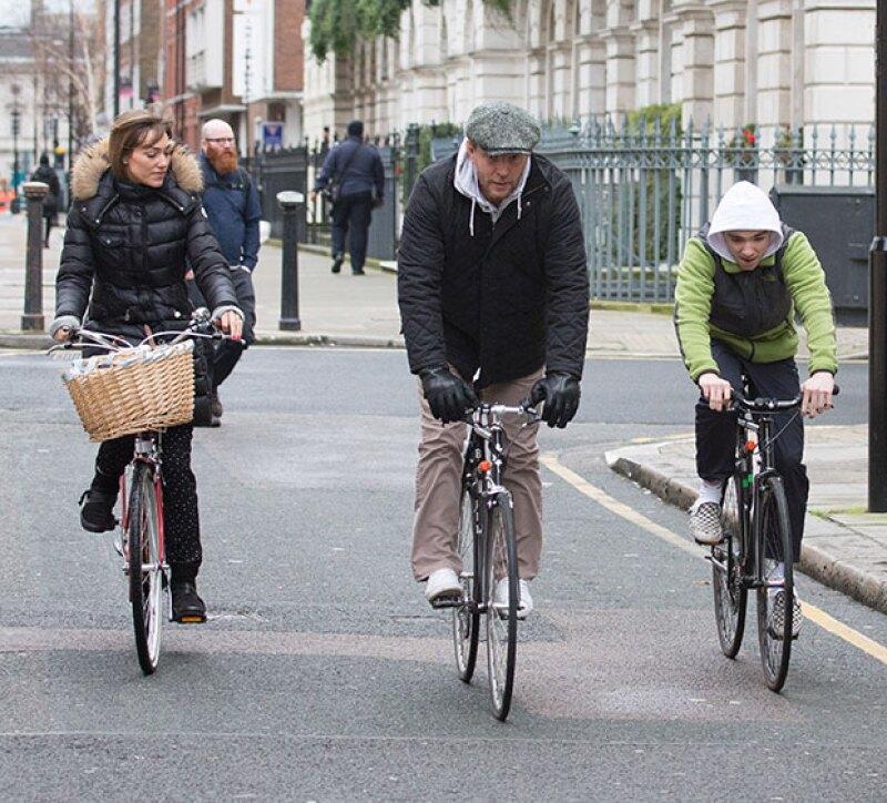 Jacqui, Guy y Rocco salieron a dar un paseo en bicicleta.