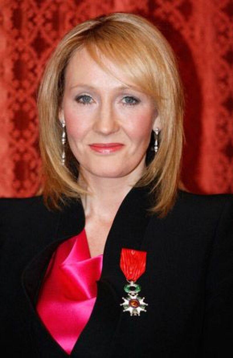 """El presidente francés Nicolas Sarkozy le otorgó a la escritora británica el título honorario de """"dama"""", durante una ceremonia en un salón dorado del palacio del Elíseo."""