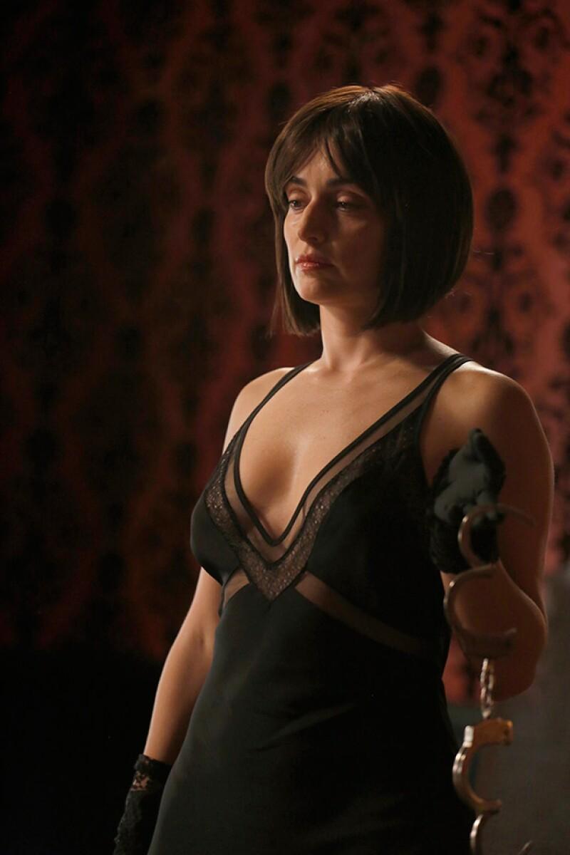 Como toda una femme fatale, debemos de admitir que la actriz mexicana luce muy bien.