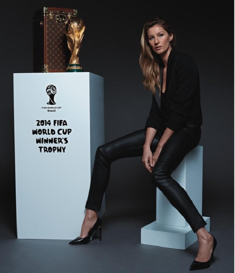 La modelo brasileña Gisele Bündchen fue elegida para llevar a la cancha el estuche Louis Vuitton con la copa que recibirá el equipo ganador.