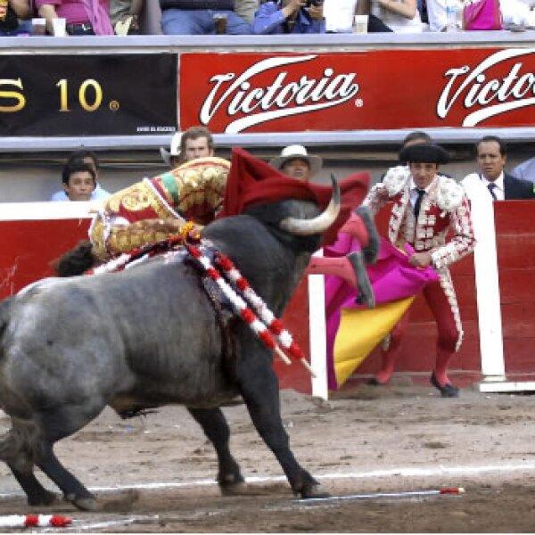 El torero madrileño José Tomás es cogido por su segundo toro