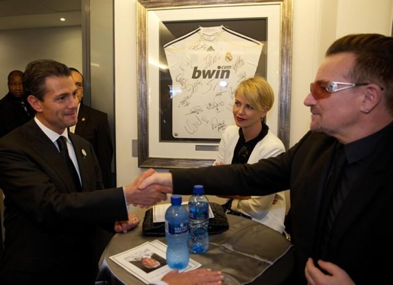 Aquí saludando a Bono y a Charlize Theron.