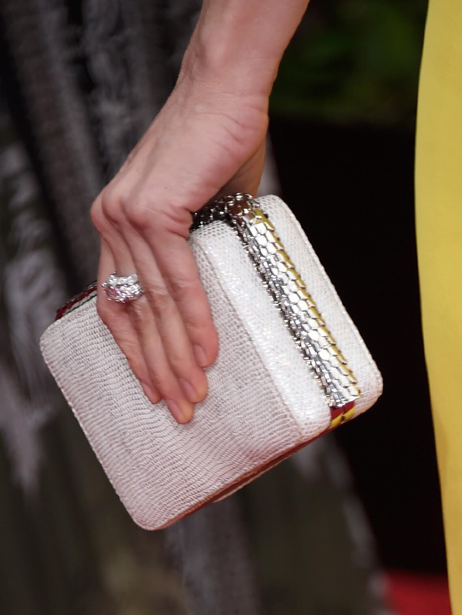 Usó un anillo Serpenti con diamantes Pavé, un anillo en oro blanco con un diamante corte esmeralda, 8 diamantes corte marguise y diamantes Pavé de Bulgari.