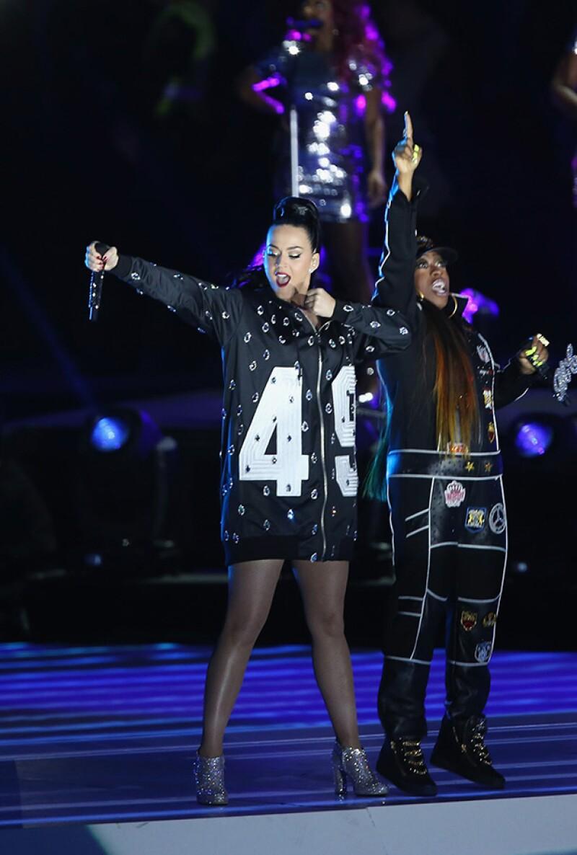 El hoodie de que usó para cantar con Missy Elliot tenía incrustaciones de cristales Swarovski.