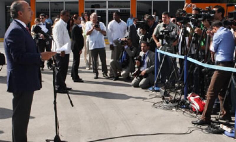 Calderón hizo el anuncio debajo de una carpa afuera del Palacio Nacional de Haití. (Foto: Notimex)