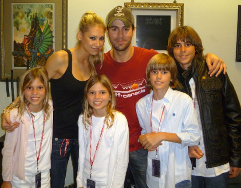 Enrique Iglesias posa con sus hermanos menores en uno de sus shows en Miami.
