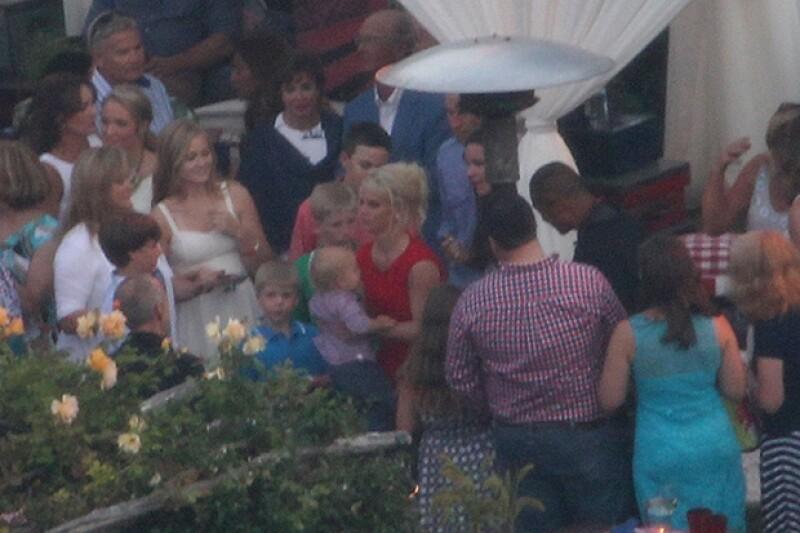 Jessica optó por un vestido rojo para la noche de su fiesta previa al gran día, a la que también asistieron sus pequeños.