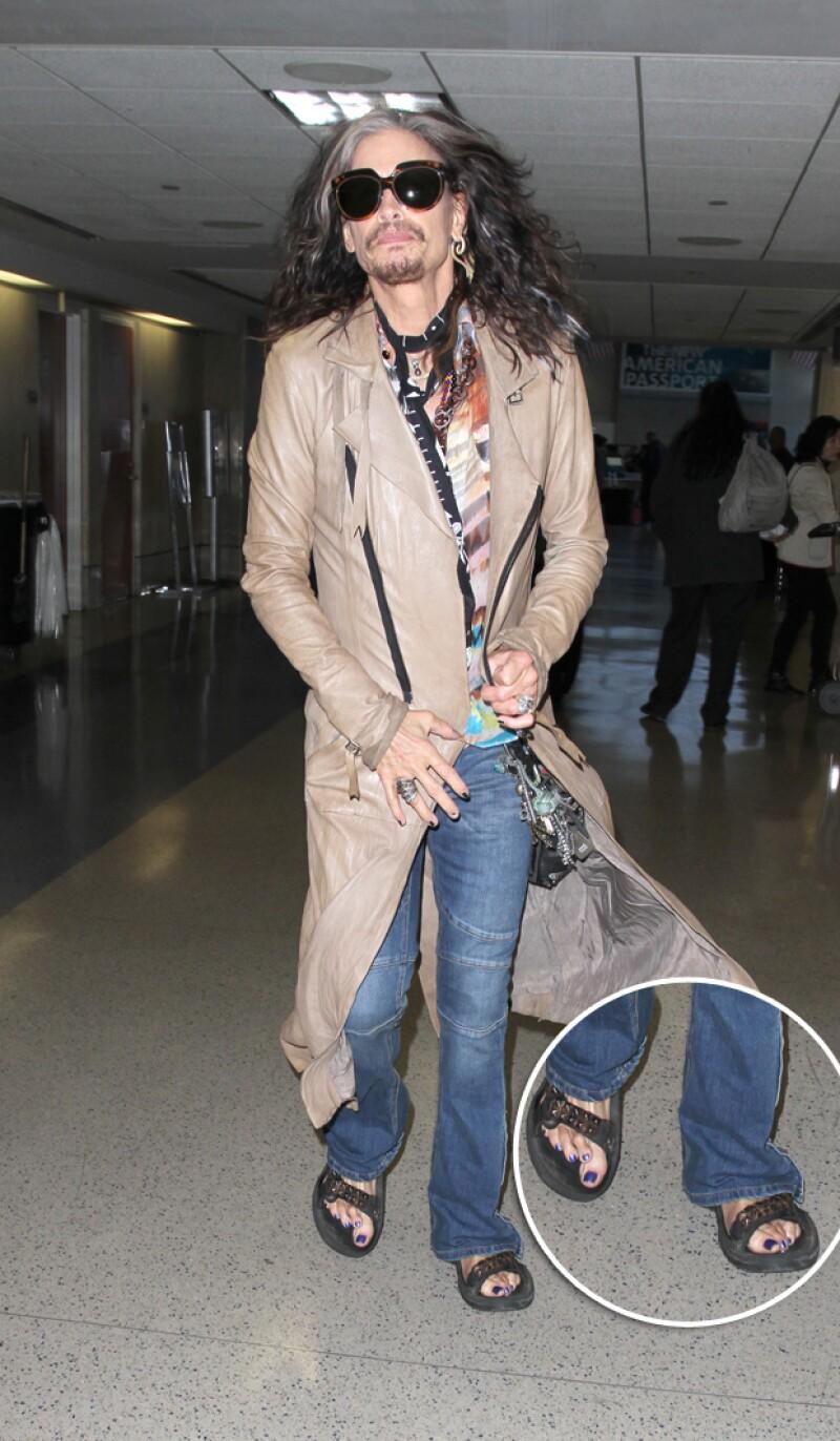 Esta semana el vocalista de Aerosmith robó más de una mirada a su paso por el aeropuerto de Los Ángeles, y nos preguntamos. ¿Qué le pasó en los pies?