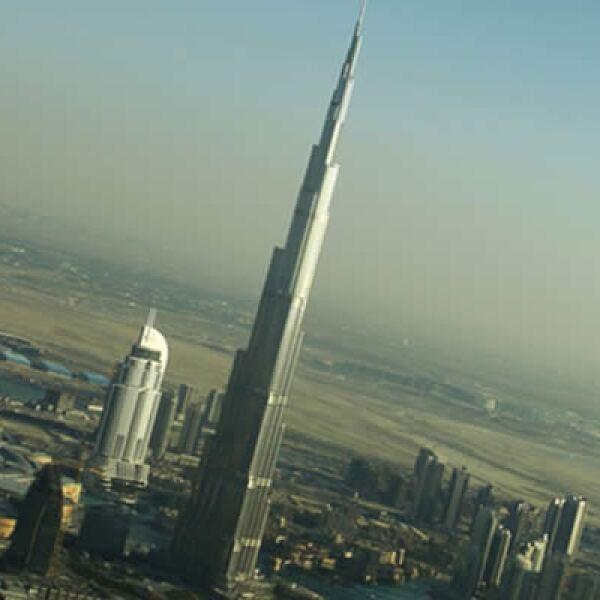 El rascacielos Burj Dubai, se inauguró este lunes en los Emiratos Árabes. El edificio mide más de 820 metros de altura, por lo que es la estructura más alta del mundo.