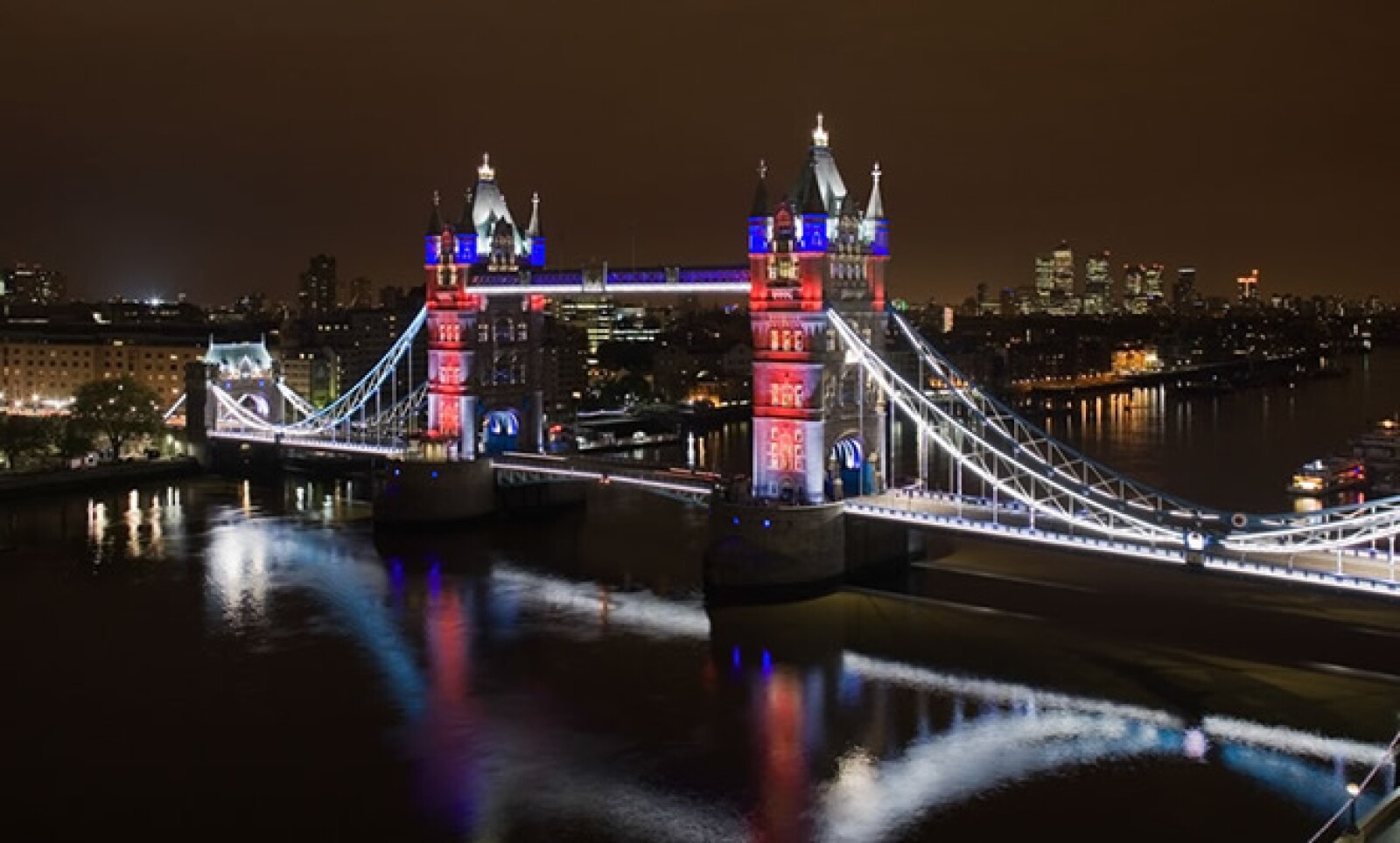 A lo largo del contorno de piedra y metal del puente, se instalaron más de 2 km del sistema LED de la firma.