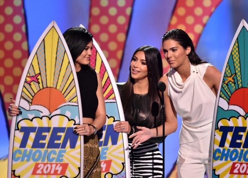 Las hermanas Jenner y Kim Kardashian recibieron su premio por mejor reality show.