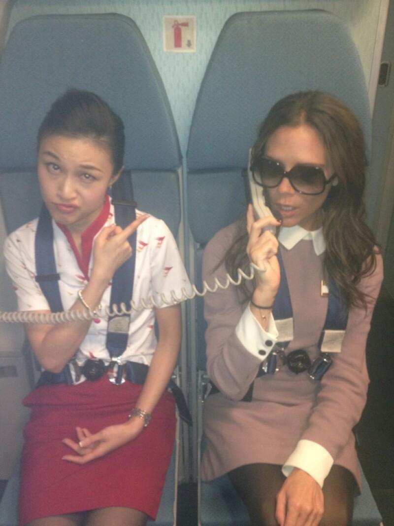 La ex Spice Girl viajó al país más poblado del mundo, China, donde sorprendió a los pasajeros de una aerolínea porque decidió tomar la bocina para dar algunas instrucciones.