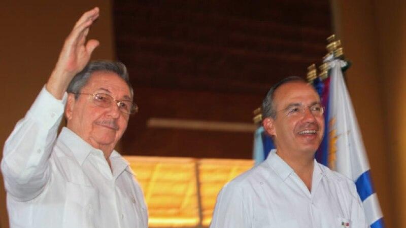 Raúl Castro, presidente de Cuba (i), es recibido por su homólogo de México, Felipe Calderón