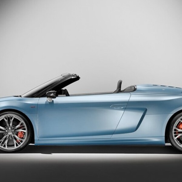 Cuenta con una transmisión R tronic, de seis cambios. En el modo manual, el conductor puede cambiar la velocidad utilizando los botones ubicados en el volante.