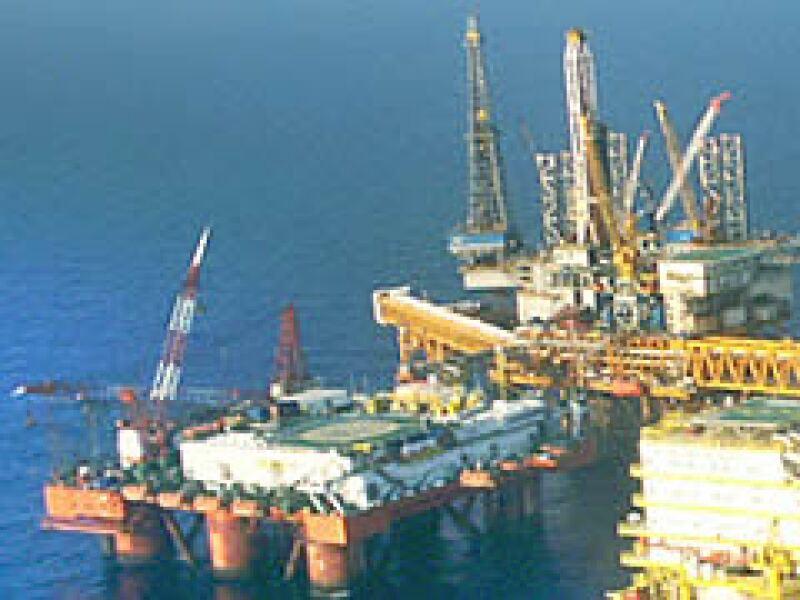 La petrolera mexicana depende de proveedores que tengan tecnología para extraer el crudo. (Foto: Archivo)