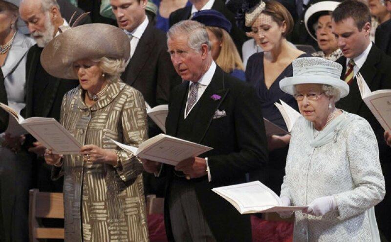 Camilla y el príncipe Carlos y la reina Isabel II durante las lecturas.