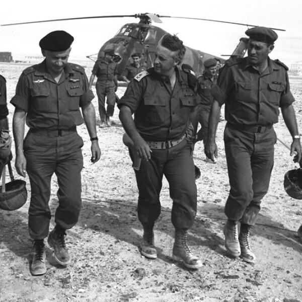 ariel sharon llega en helicoptero a israel durante la guerra de los seis dias