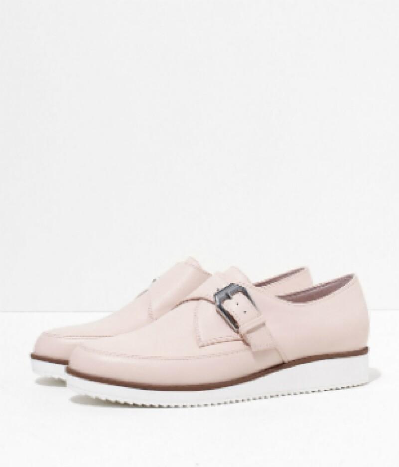 Zapatos en piel sintética, Bershka, $599; centros comerciales.