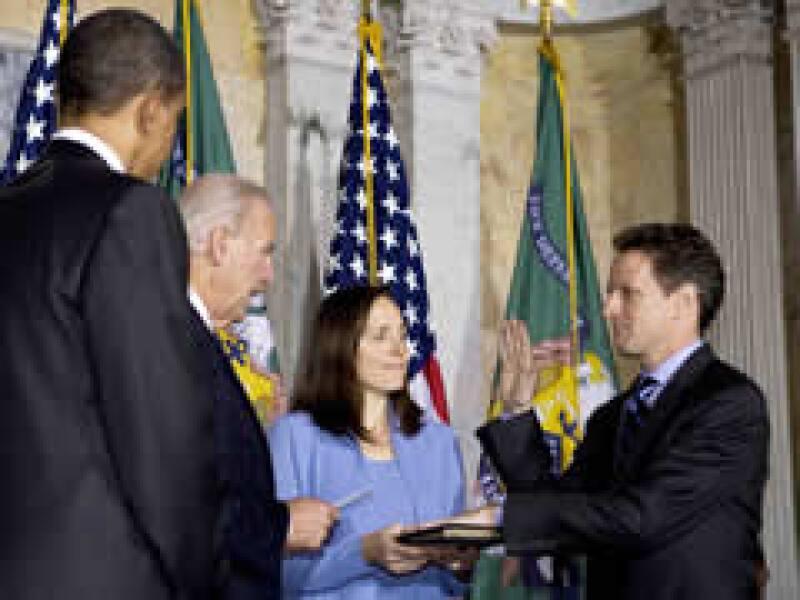 Geithner juró como secretario del Tesoro de EU en presencia de Obama. (Foto: Reuters)