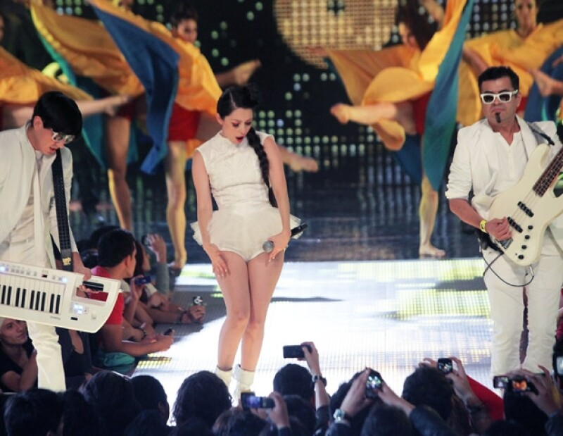 Belanova cantó Mariposas durante el evento.