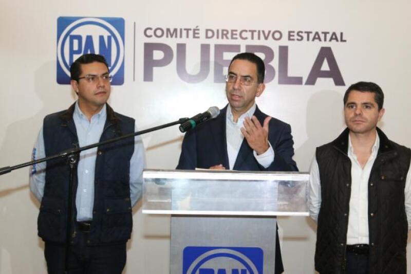 El vocero de la campaña del PAN en Puebla  (centro) acusó que los videos presentados por los priistas son un montaje.