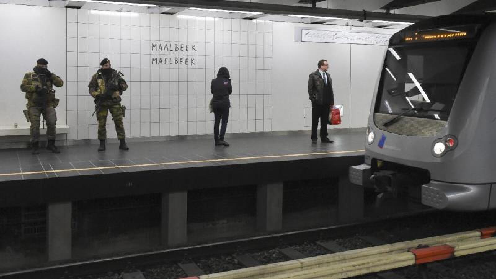 La estación de metro de Maelbeek en Bruselas, que fue atacada el mes pasado, reabrió bajo un fuerte operativo de seguridad.