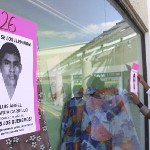 En el primer día de El Buen Fin, grupos de personas bloquearon tiendas minoristas en Guerrero, Oaxaca, Chiapas y Michoacán, en protesta por la desaparición de 43 normalistas.