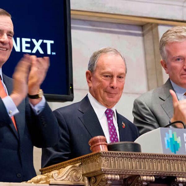 El alcalde Michael Bloomberg (centro) tocó la campana que marcó la reanudación de operaciones en Wall Street, que inusitadamente suspendió sus operaciones por dos días.